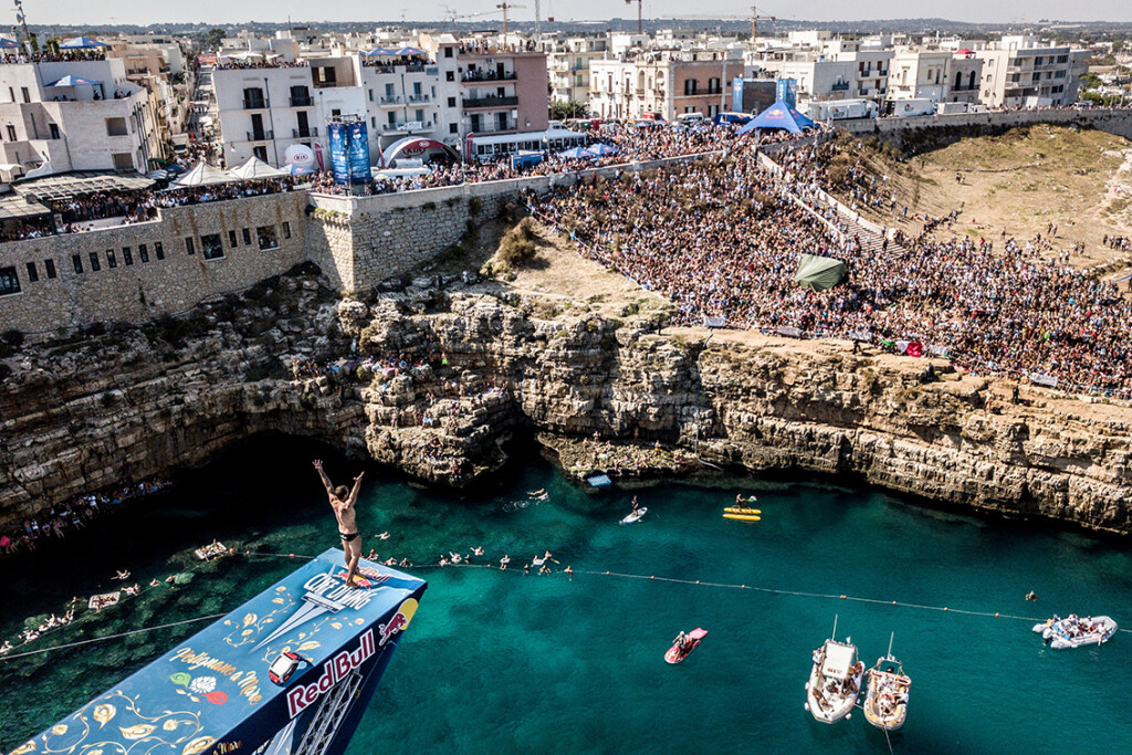 Alessandro De Rose of Italy acknowledges the crowd from the 27 metre platform during the final competition day of the seventh and final stop of the Red Bull Cliff Diving World Series in Polignano a Mare, Italy on September 23, 2018. // Dean Treml/Red Bull Content Pool // AP-1WZ6XSAX52111 // Usage for editorial use only // Please go to www.redbullcontentpool.com for further information. //